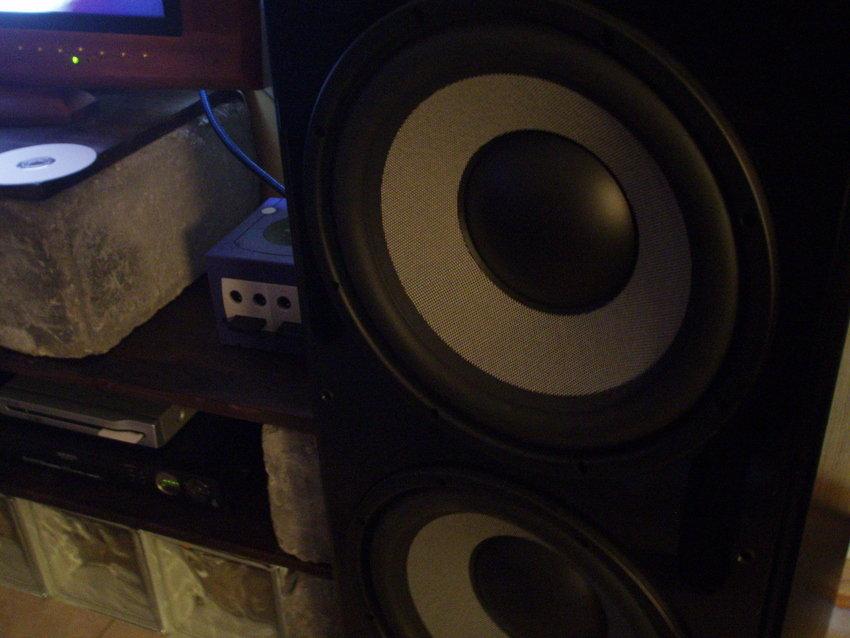 Halva tv-bänken och höger fronthögtalare