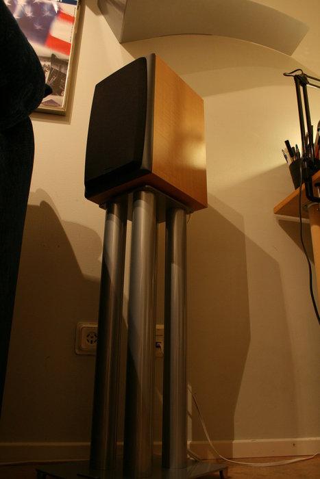 B&W dm303 på ett soundstyle stativ