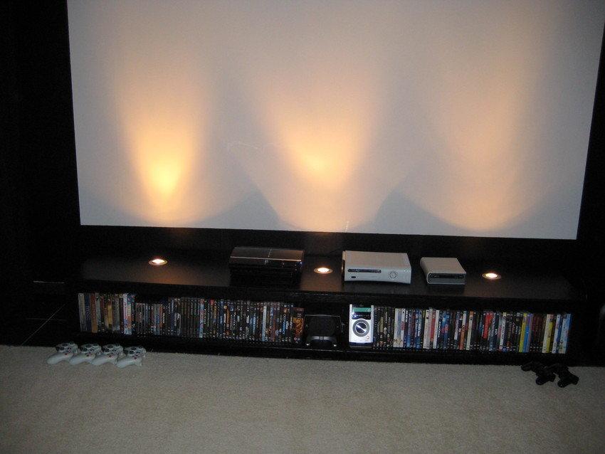 DVD-bänk med inbyggda spots som dimmerstys via fjärrkontroll...