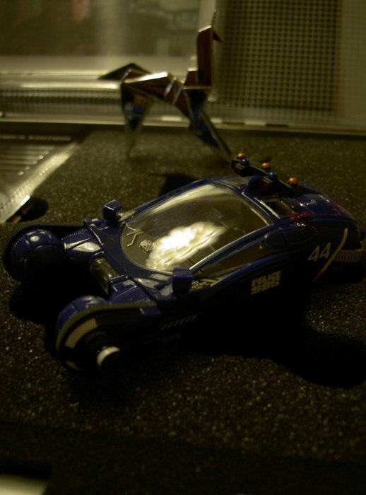 Replika av polis fordonet ur filmen, Blade Runner, samt origami enhörningen i bakgrunden