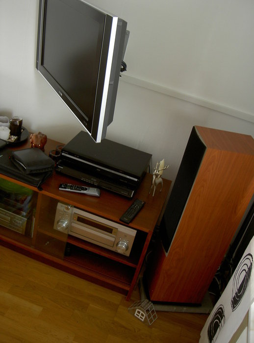 """Tv i utdraget """"tittläge"""", samt vänster front"""