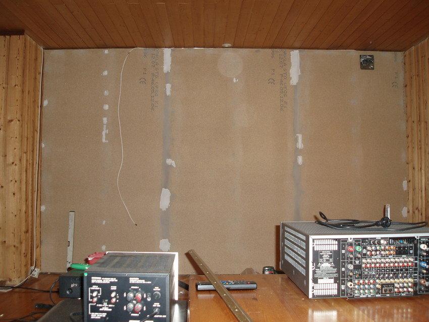 Här var lite spånskiva uppe, lite lättare att tapetsera på än panelen