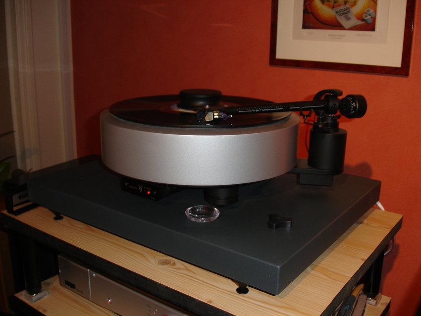 Vinyl avnjuts på Pro-Ject RPM 6.1 SB med en Grado Gold MM pick-up.