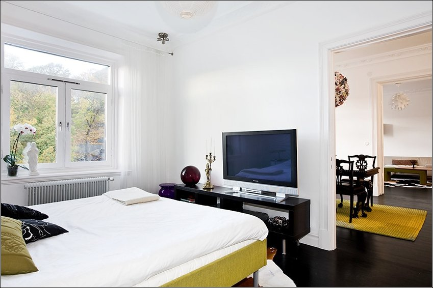 Sovrummet med plasma, DVD och dekoder.