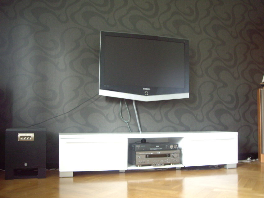 Har fått upp tv:n på väggen.