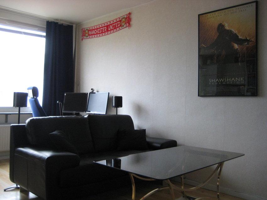 Arbetsplatsen och sköna soffan