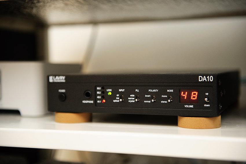 Lavry DA10 - Ser ut som 80-tal men låter fantastiskt. Driver Sonos och CD:n.