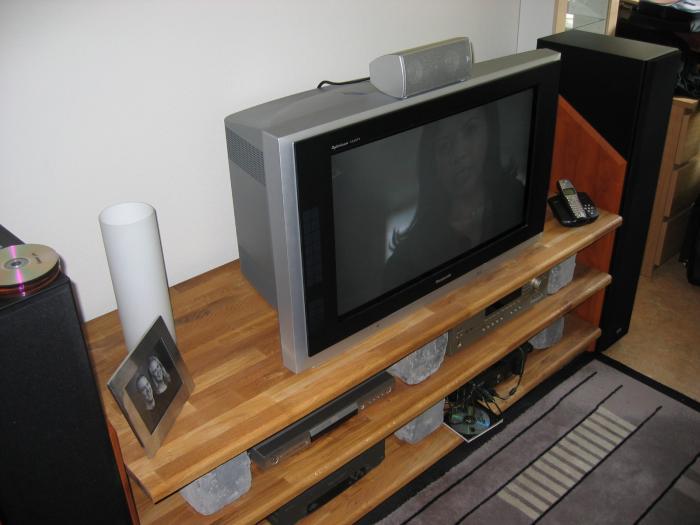 Min färdiga TV-bänk med tillhörande TV