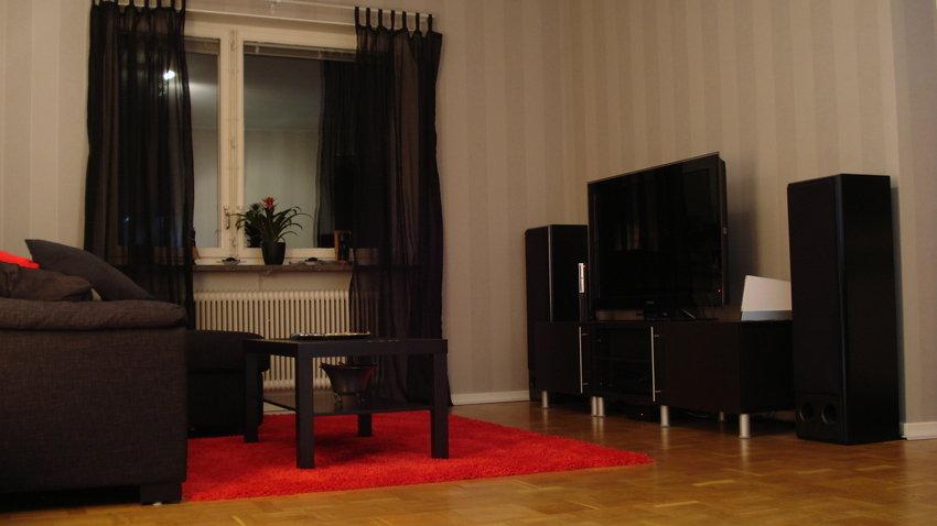 """Här är huvuddelen i vardagsrummet, andra delen finns under """"Datorhörnan"""""""
