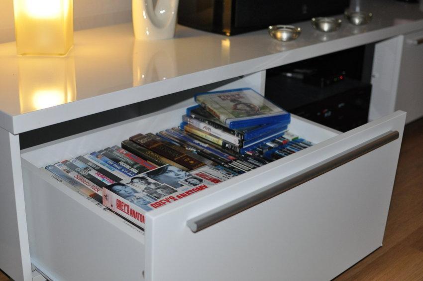 En av lådorna på tv-möbeln