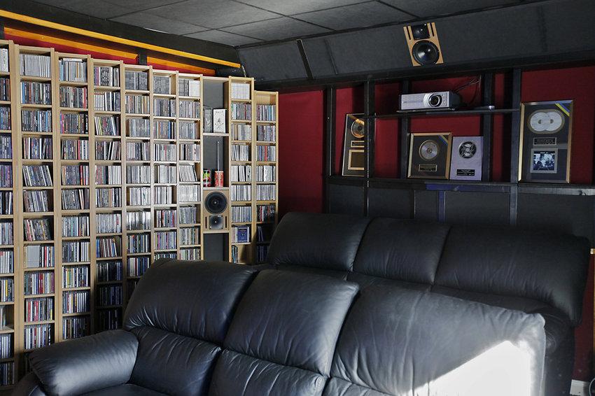 Uppdaterad bild med båda sofforna samt ena sidan av cd samlingen