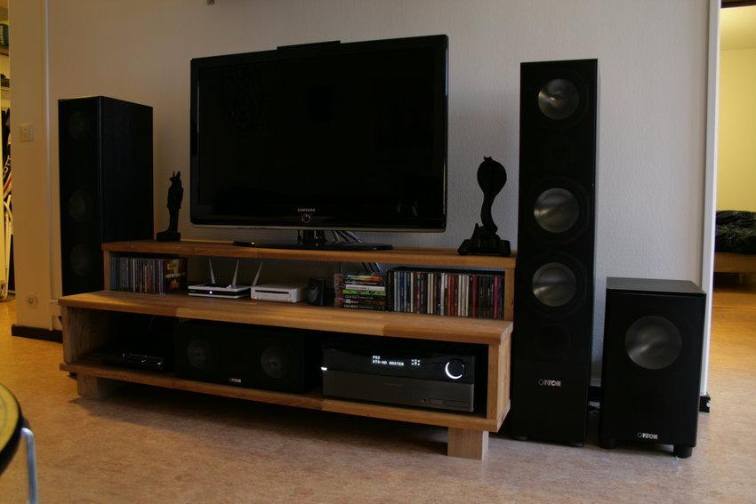 Tv-bänk med tillhörande utrustning