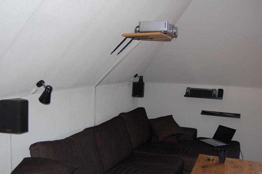 Soffan och bakhögtalare på vägg