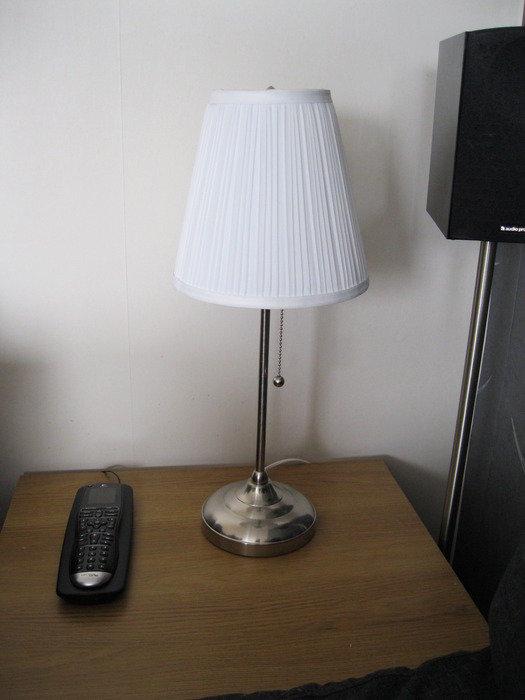 Komandocetralen är upplyst, lampan är där för syns skull, ALDRIG på vid filmtittande.