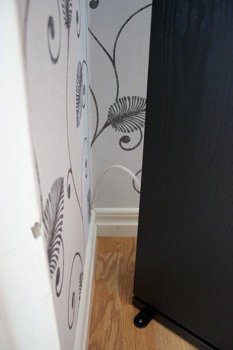 Kabeln tittar fram bakom golvlisten