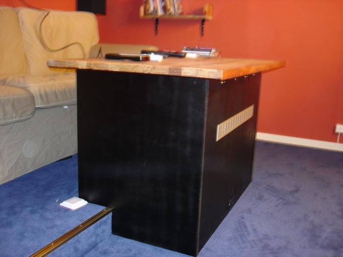 Bordet från sidan & soffan