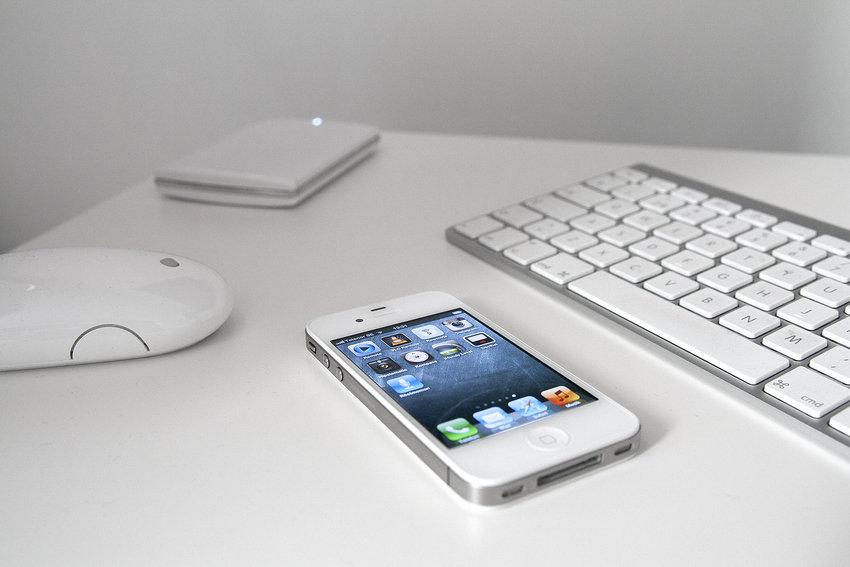 Styr Mac Minin med mus, tangentbord och en iPhone.