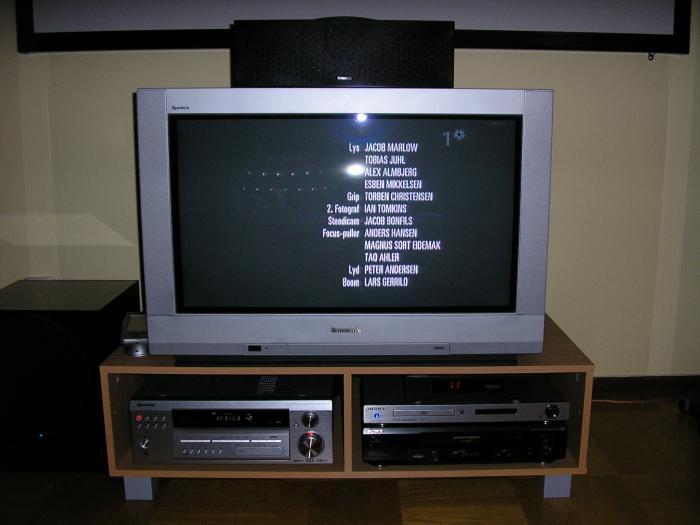 TV-bänken med lite prylar.