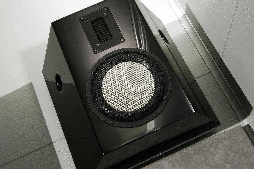 JAS Audio Odin AAT Surround henger trygt på veggen.