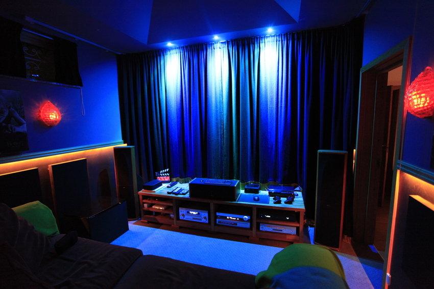 Draperier och färgad LED-belysning (äldre bild)