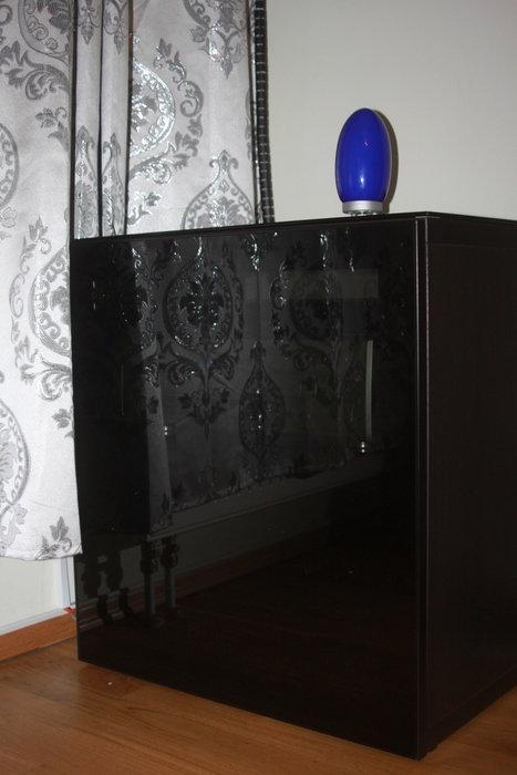 Ikeas Bestå med mörk glassdörr