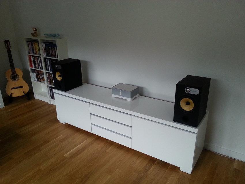 Sällskapsrum med Sonos Amp och B&W 685.