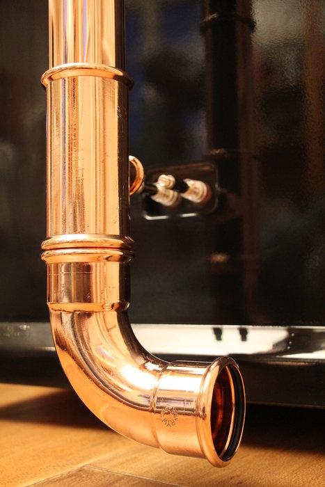 Högtalarkabel via kopparrör.