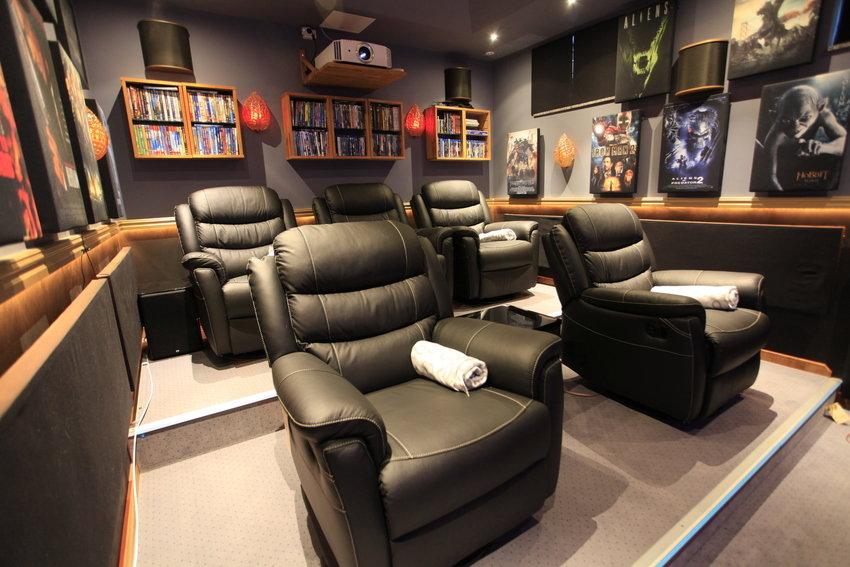 Bio Blåtira med nya recliners och ljudabsorbenter på plats