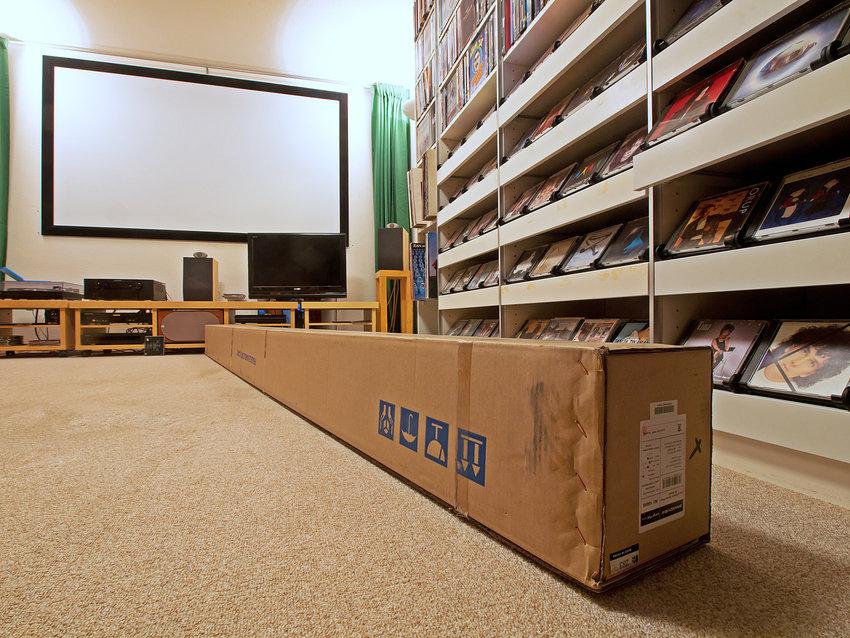 Gott om plats är bra, kartongen är 325 cm lång, gamla duken bävar på väggen