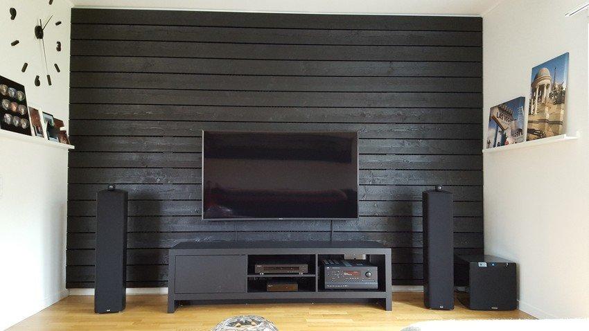 Svart vägg svart bänk