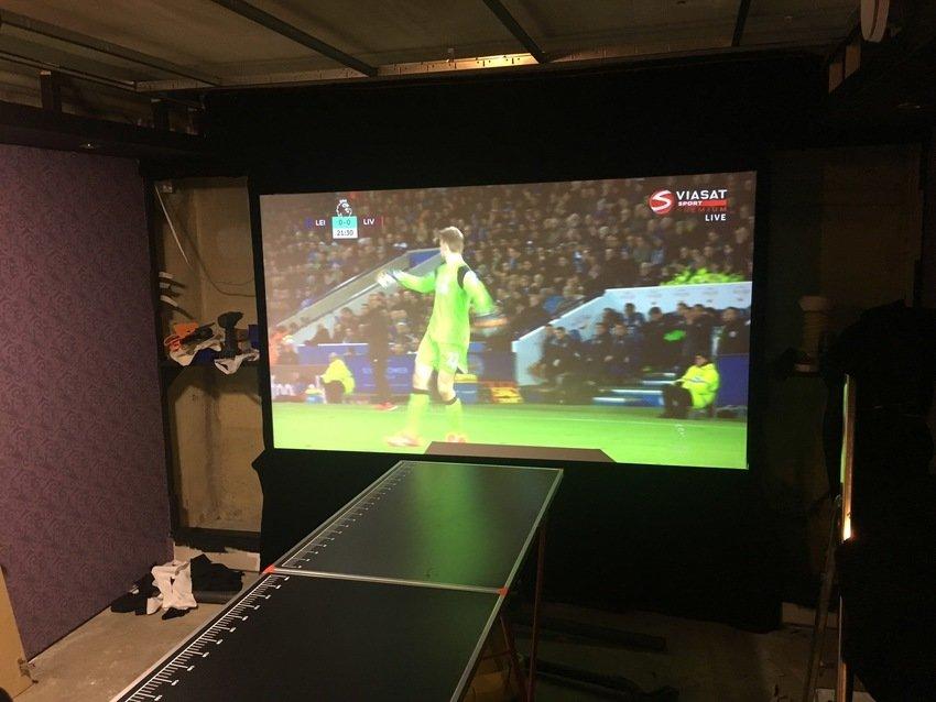 Tapetserar och kollar på fotboll