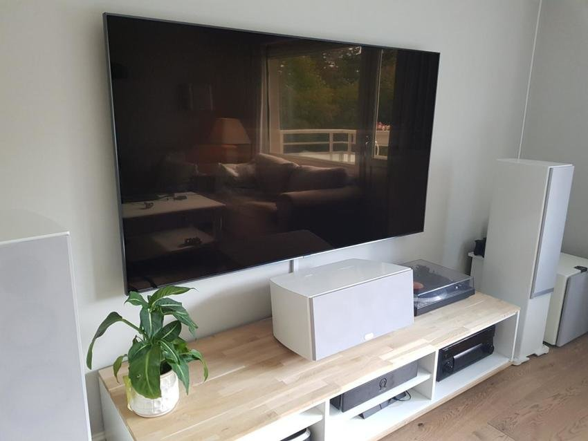 75Q9FN - Ny tv. Också nybyggd kilformad fot til centern så att den vinklas uppåt.