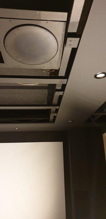 Atmoshögtalargaller och spotlights är nu svarta och på plats