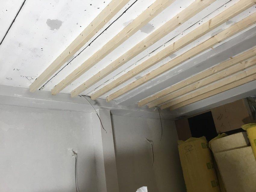 Tvärgående reglar i taket