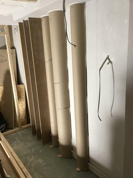 Halvrör uppsatta på väggen