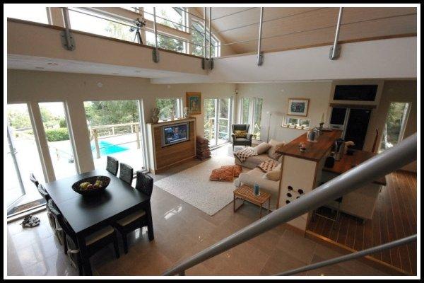 Vy från trappan över vardagsrummet, matplatsen och köket.