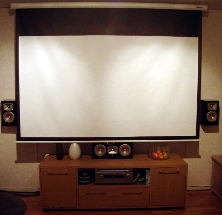 96 tums duk hängande framför TVn.